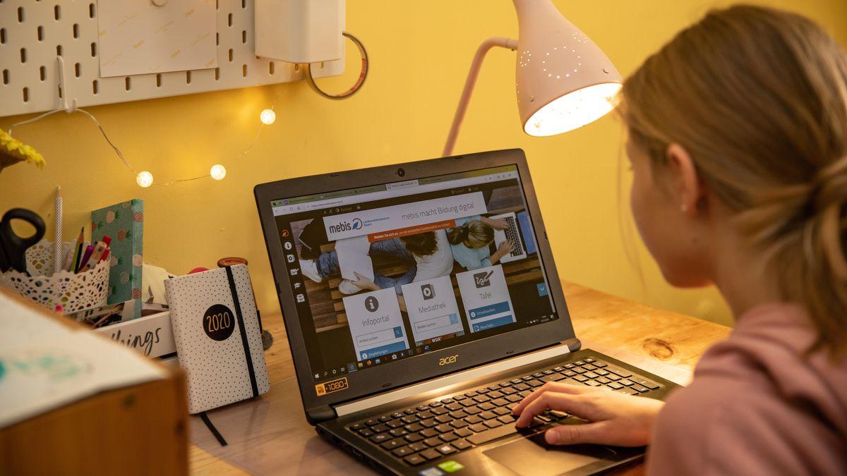 Eine Schülerin lernt im Distanzunterricht zu Hause am PC