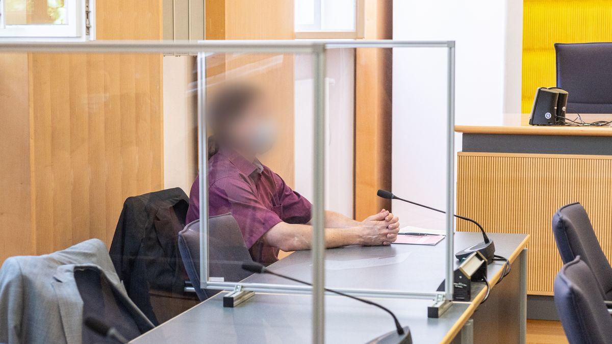 Der Angeklagte Ex-Verlobte von Maria Baumer sitzt mit Mundschutz im Verhandlungssaal des Landgerichts.