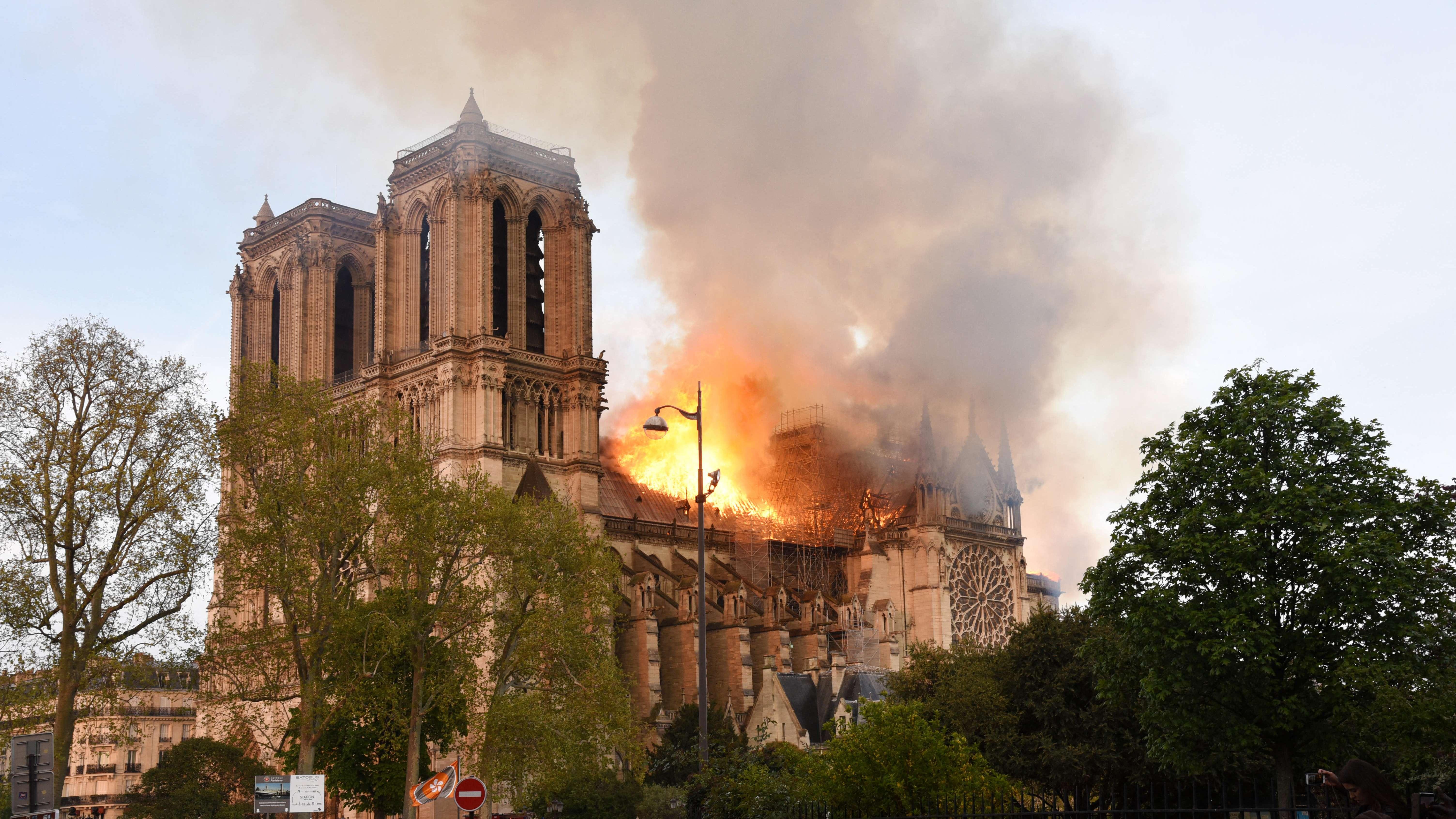 Hier brennt die Kathedrale Notre-Dame in Paris.