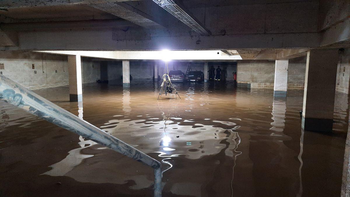 Eine Tiefgarage in Leverkusen, die aufgrund des Hochwassers voller Wasser gelaufen ist.