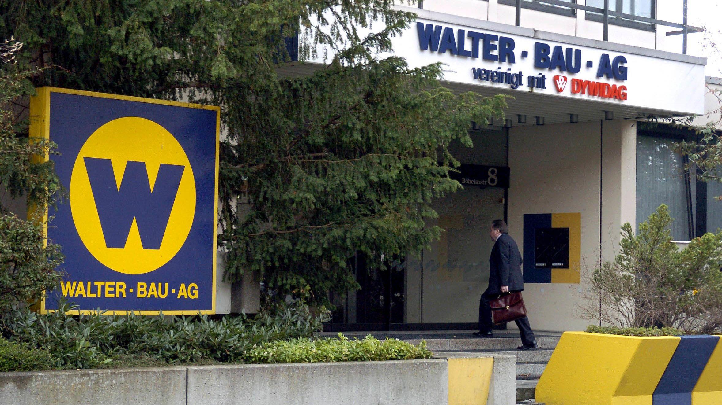 Archiv: Ein Mitarbeiter betritt das Gebäude der Walter Bau AG in Augsburg.