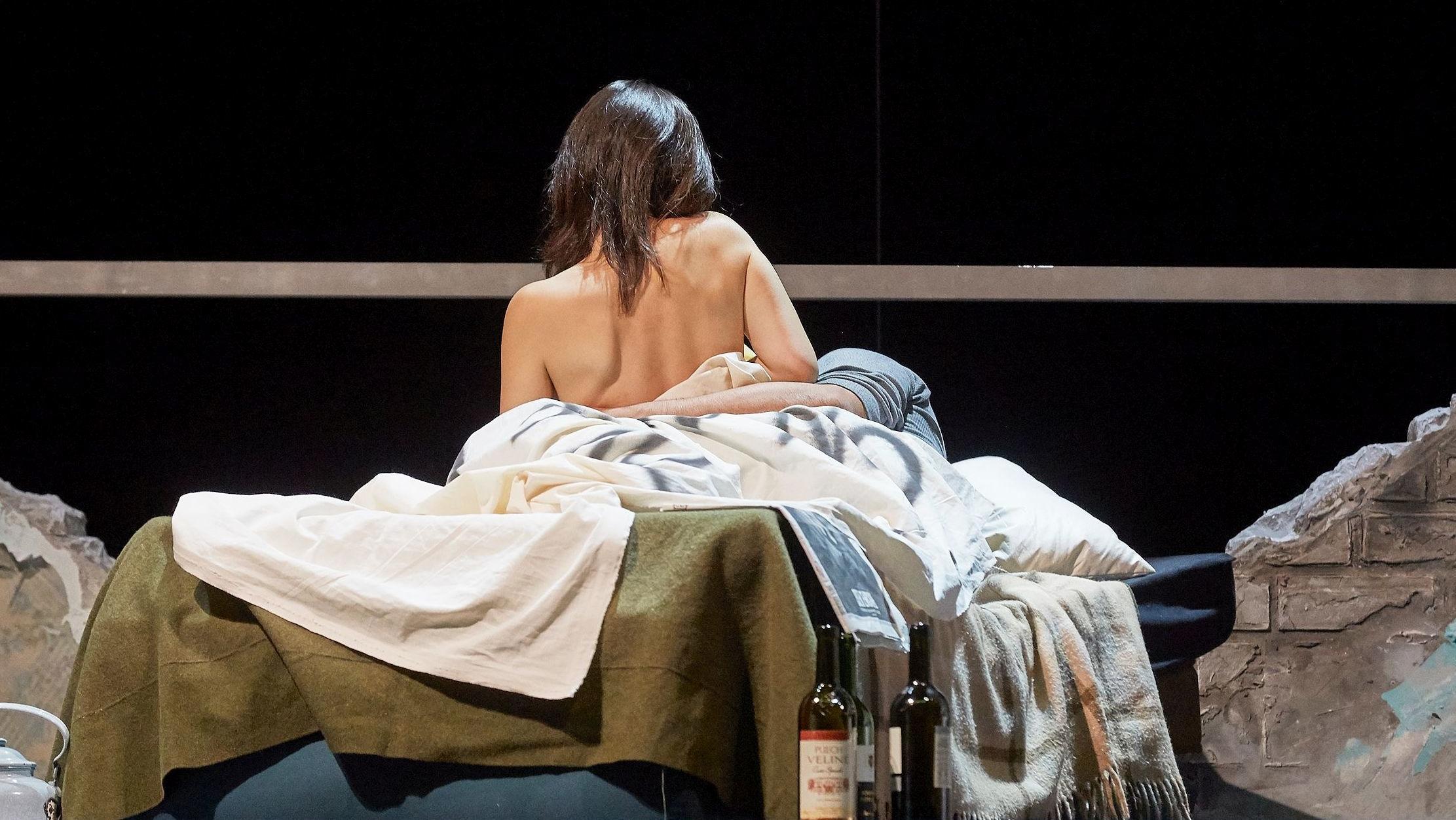 """Musetta im Bett mit dem """"Falschen"""", nämlich Rodolfo"""