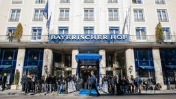 Menschen stehen vor dem Hotel Bayerischer Hof in München | Bild:BR/ Foto: Julia Müller