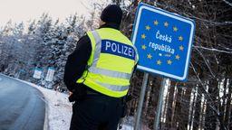 Polizist an der tschechischen Grenze    Bild:Matthias Balk/dpa