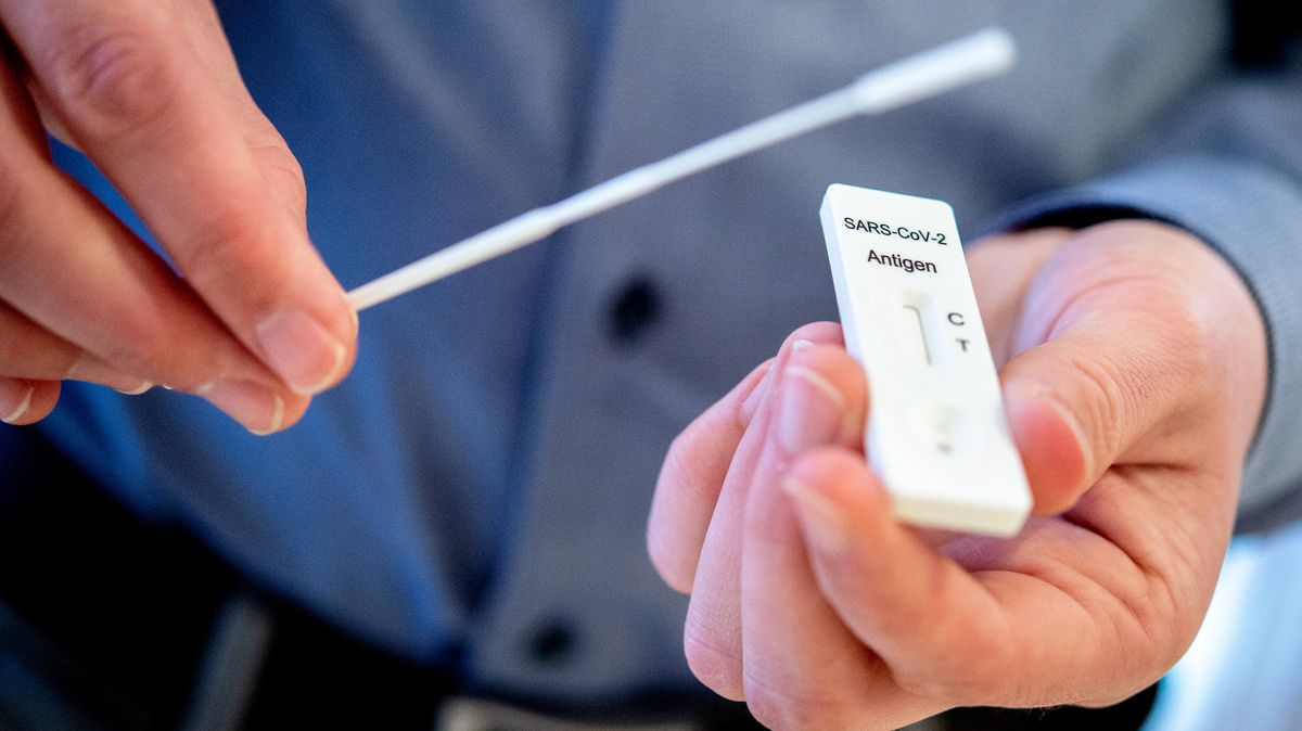 Auf den Abstrichstäbchen von Corona-Schnelltests wollen Internet-User schwarze Fäden gefunden haben.
