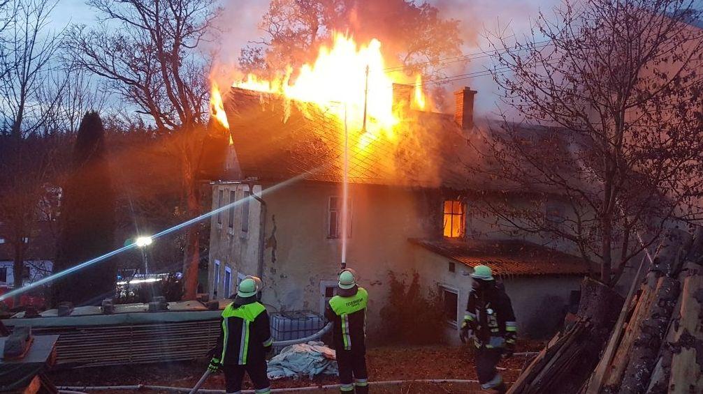 Flammen schlagen aus dem Dach