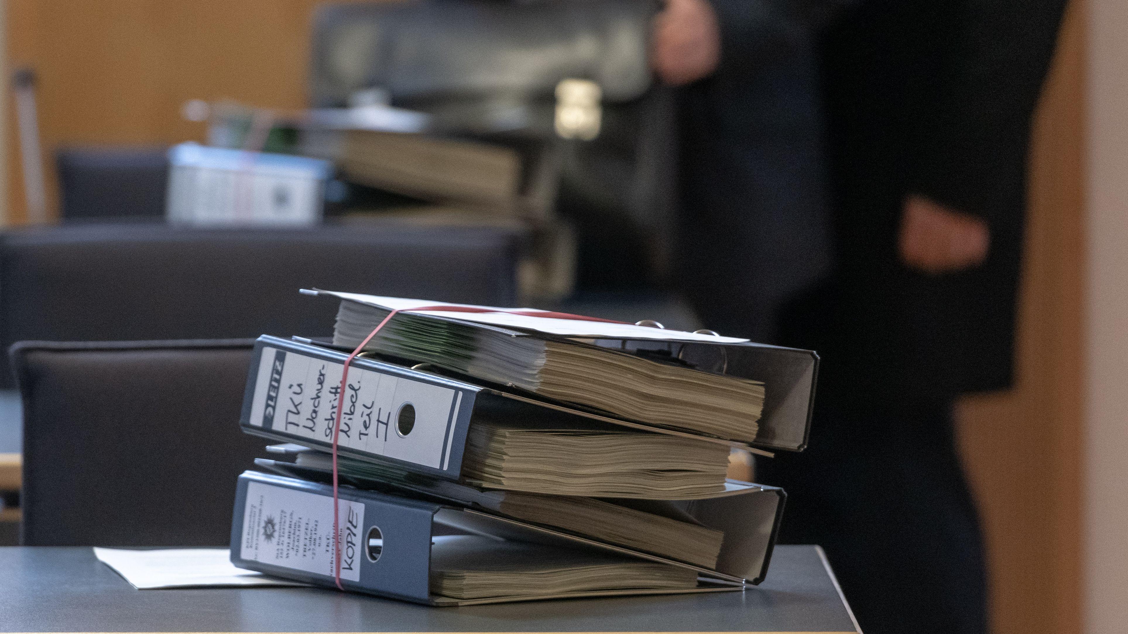 Akten liegen im Verhandlungssaal des Landgerichts Regensburg im Prozess gegen den suspendierter Regensburger Oberbürgermeister Wolbergs