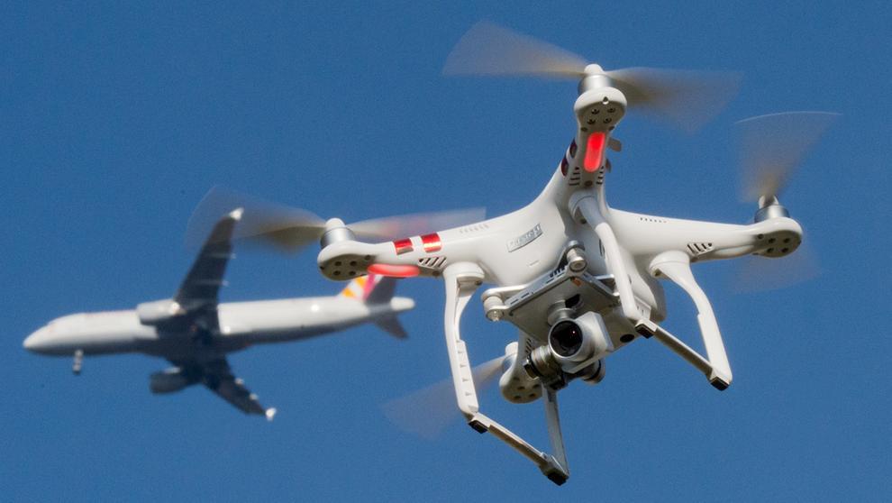 Eine Drohne fliegt am Himmel, dahinter in einiger Entfernung ein Flugzeug | Bild:Julian Stratenschulte/dpa Bildfunk