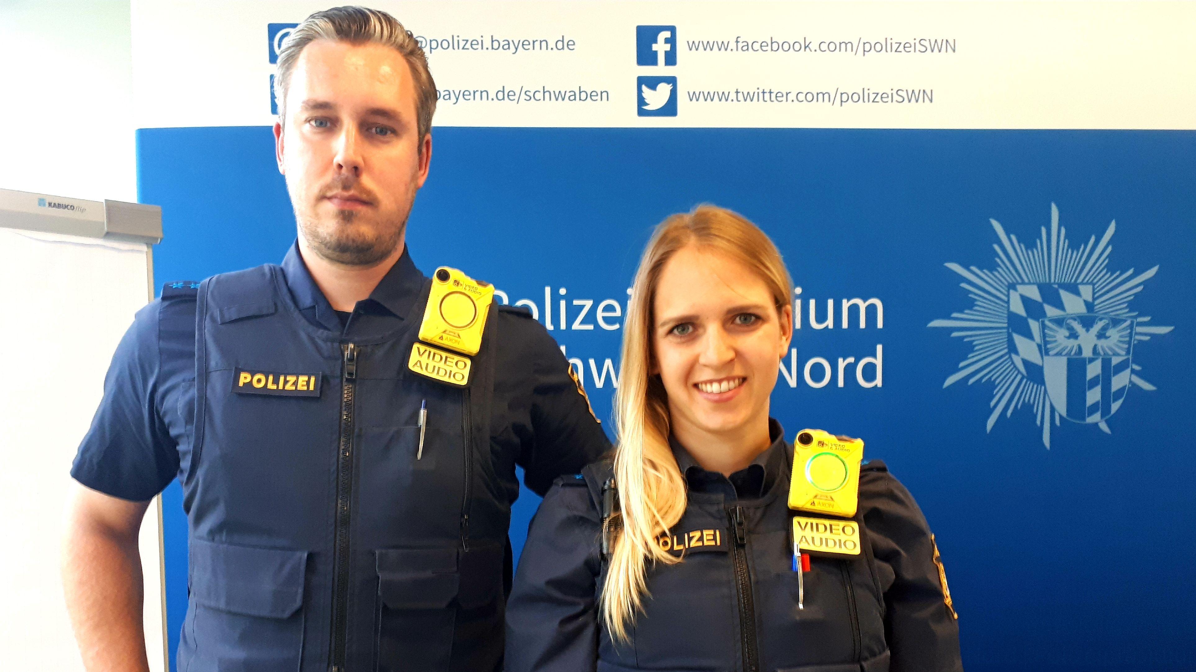 Polizisten stellen die Bodycam vor
