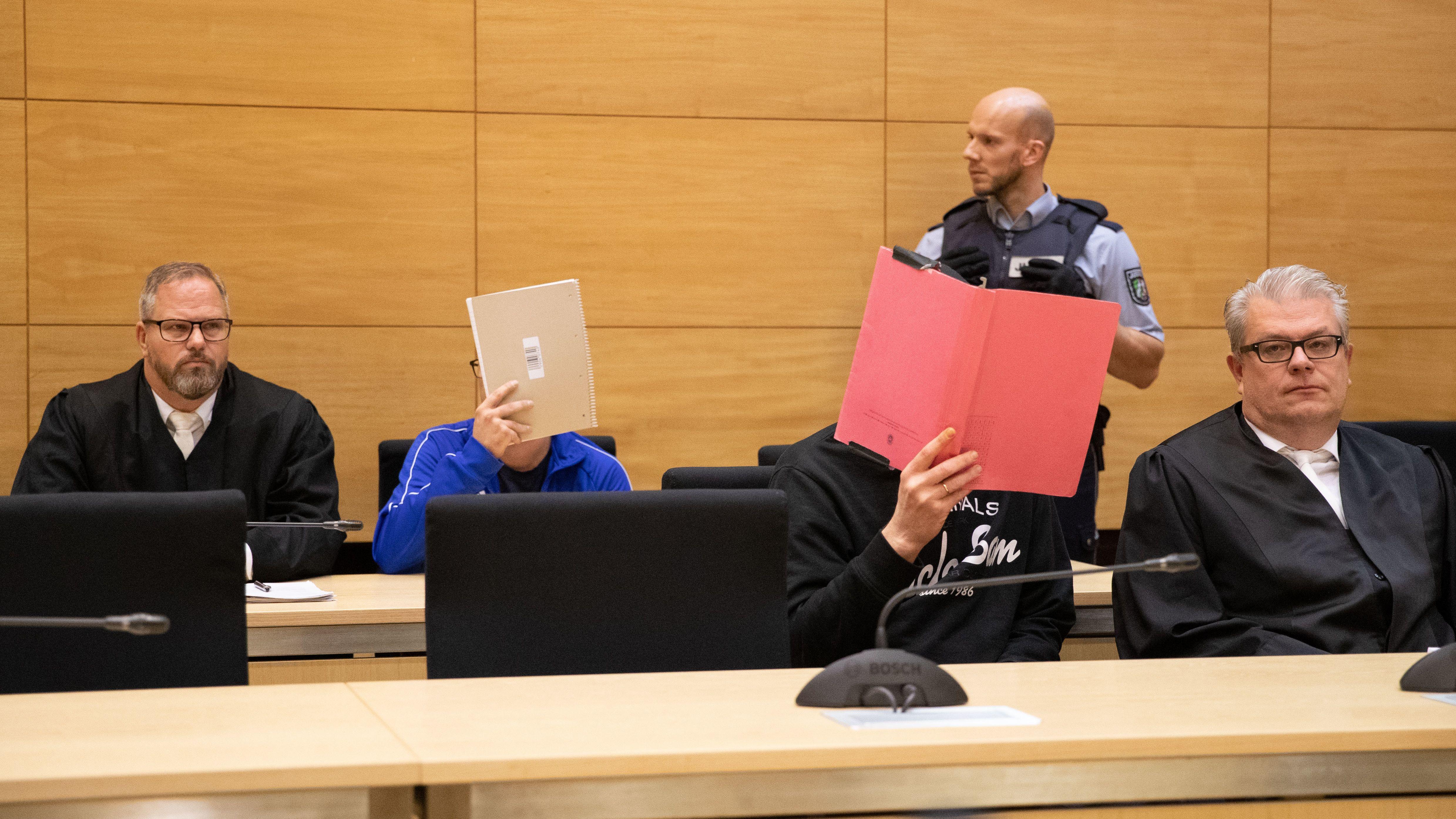 Angeklagte mit ihren Verteidigern im Gerichtssaal.