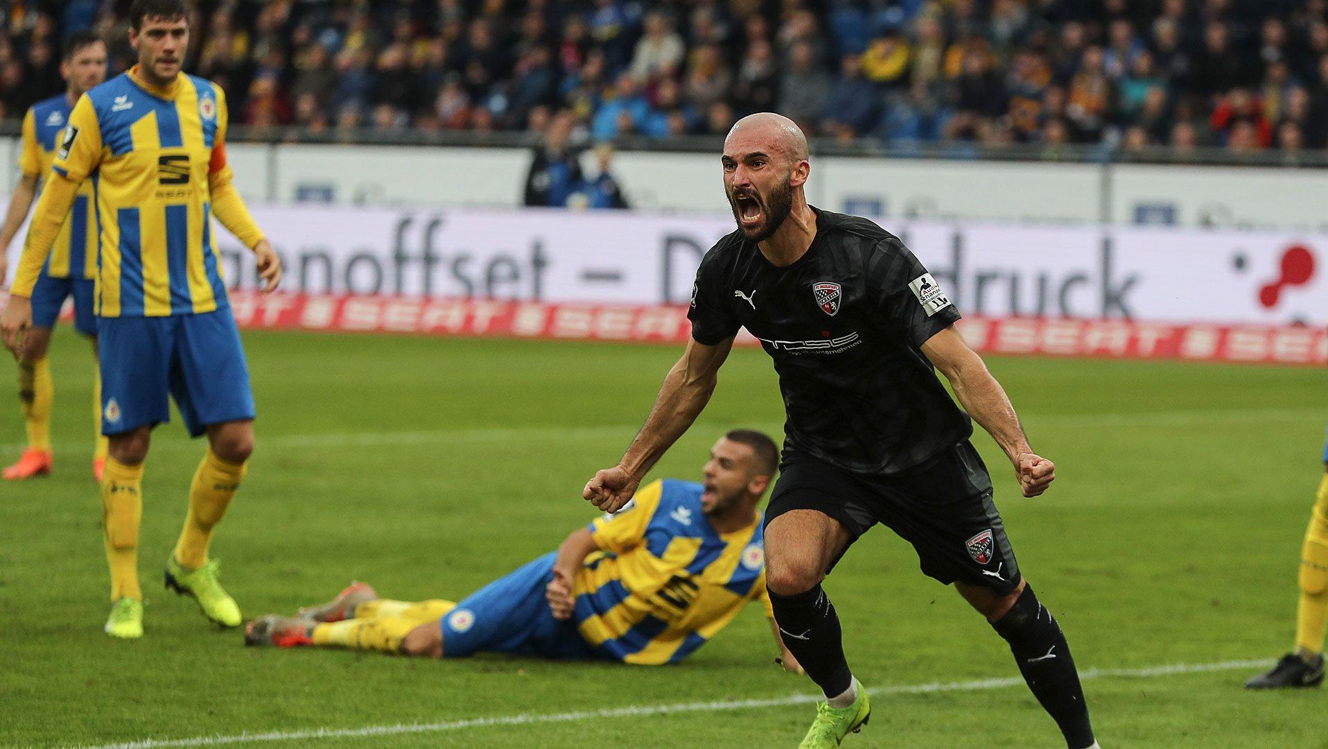 Nico Antonitsch freut sich über seinen Treffer.