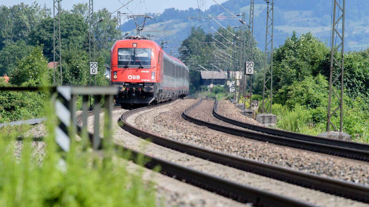 Ein Zug fährt über die Gleise der Bahntrasse durch das Inntal. Für den Brenner-Nordzulauf ist eine weitere Bahntrasse in der Diskussion.