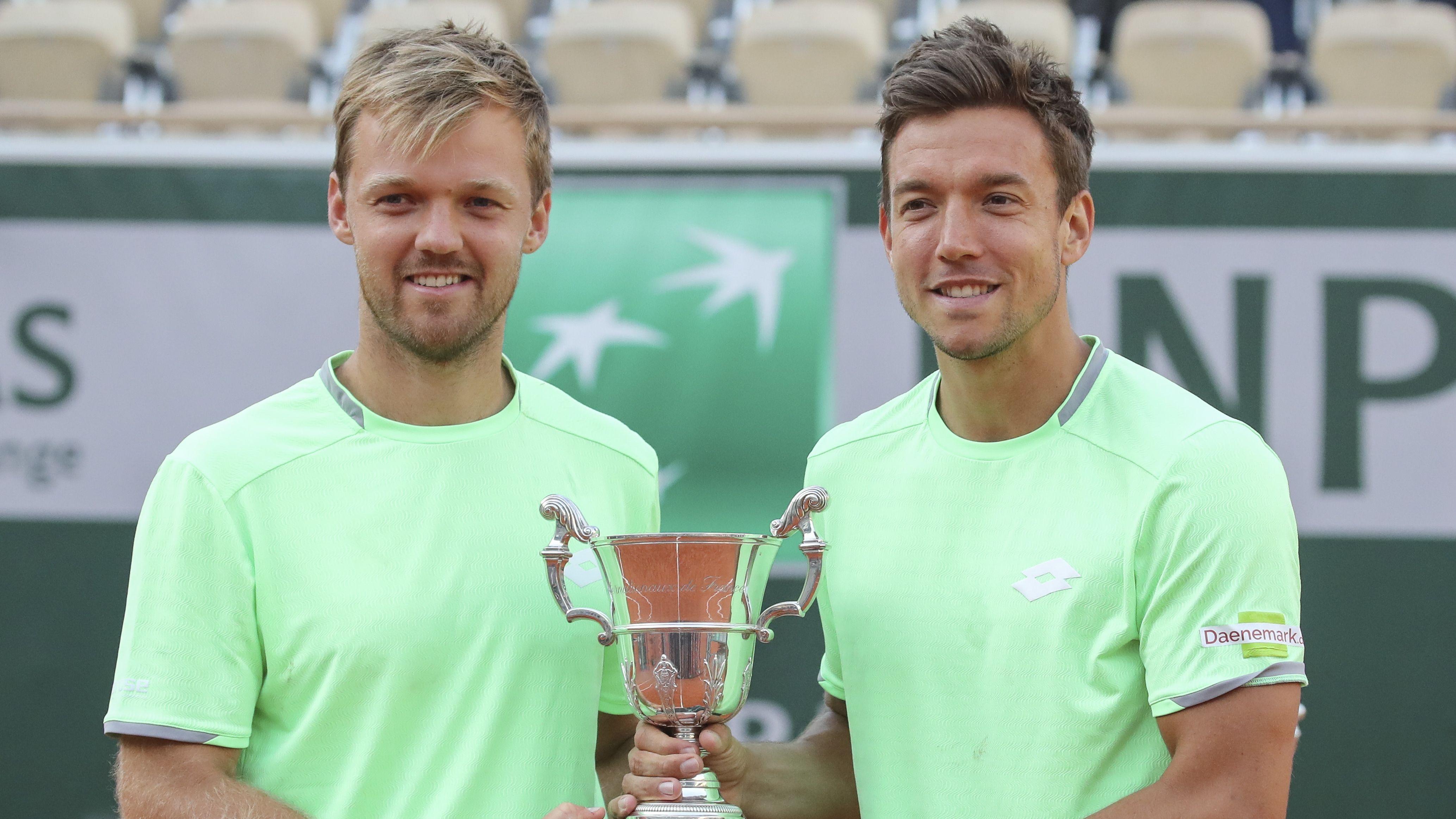 Kevin Krawietz (links) und Andreas Mies halten gemeinsam den Siegerpokal