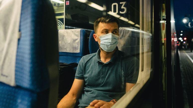 Bahnreisender bei Nacht | Bild:pa / dpa