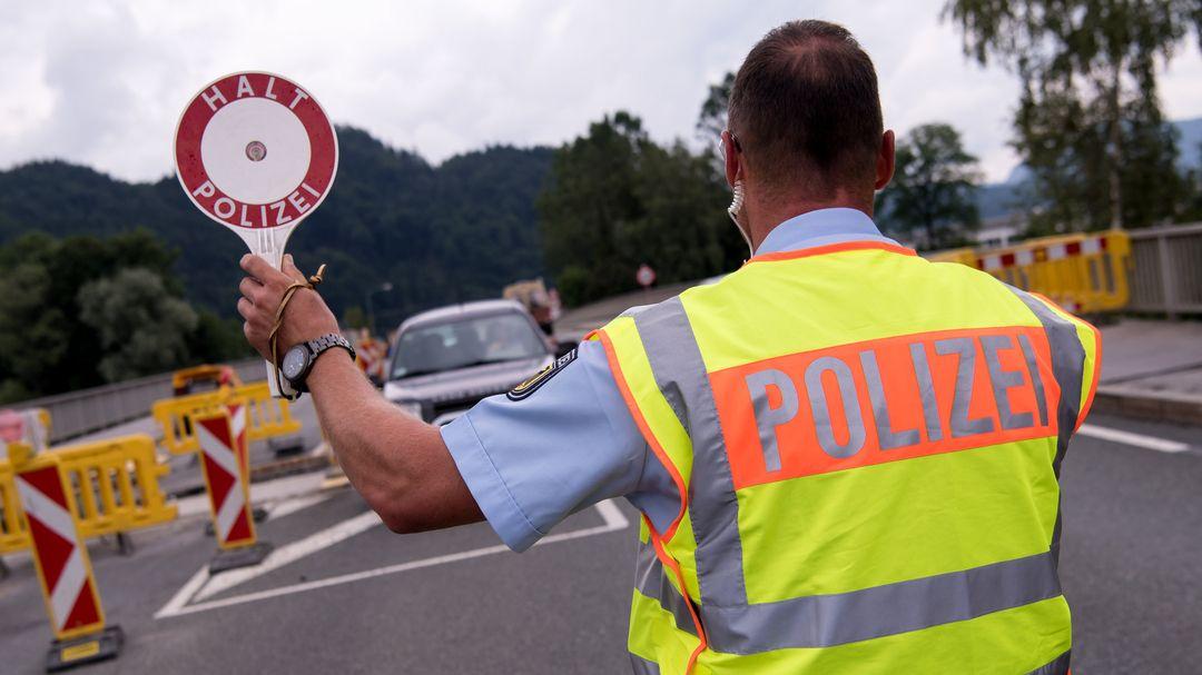 Polizisten kontrollieren an einer mobilen Kontrollstelle kurz hinter der Grenze Fahrzeuge, die aus Österreich nach Deutschland kommen.