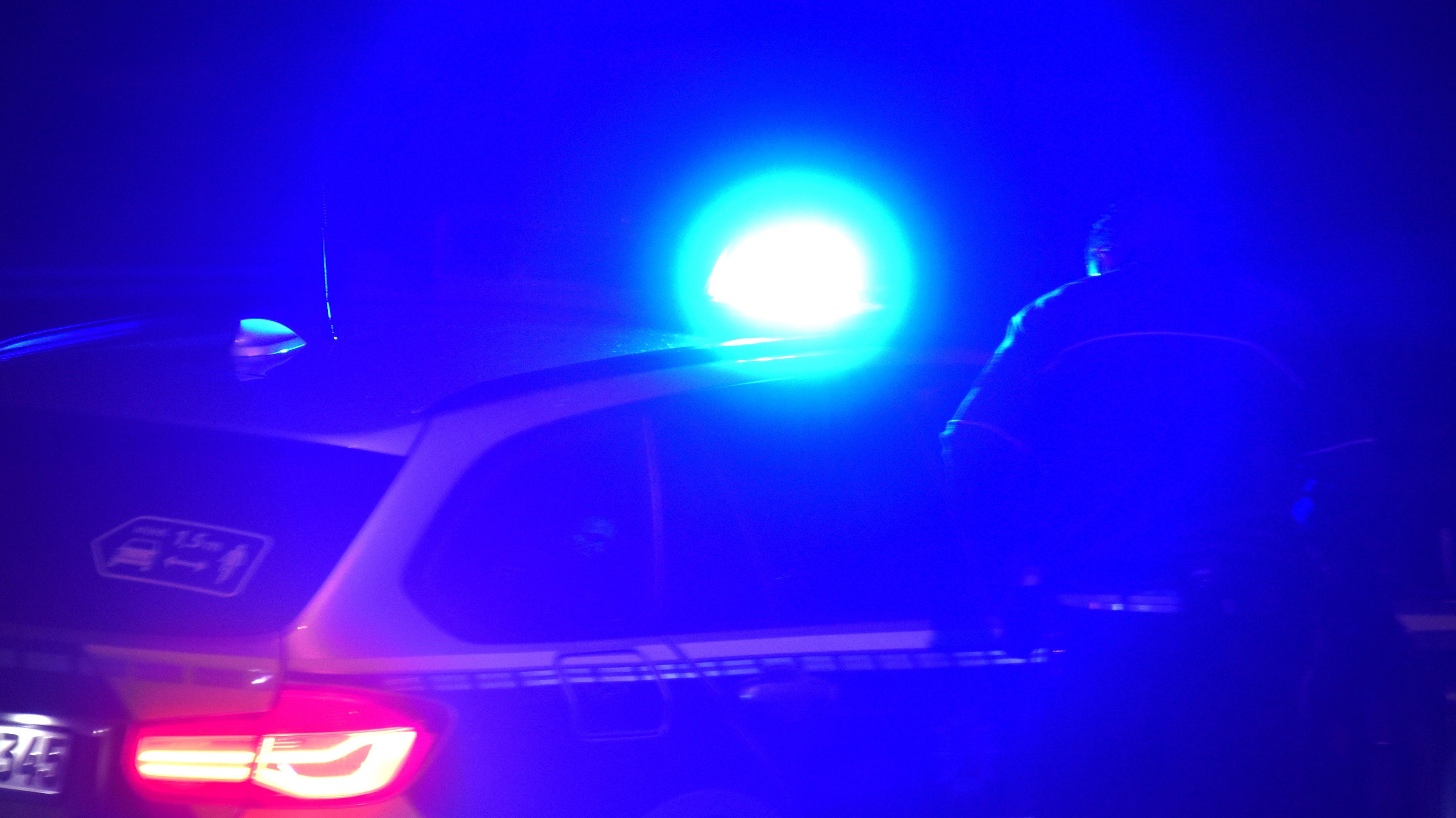 Polizeiauto in der Nacht (Symbolbild)