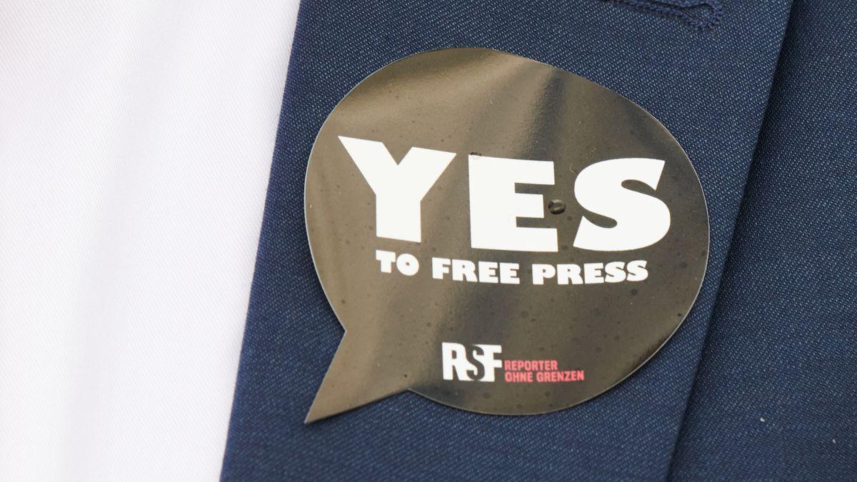 """Symbolbild: Anstecker von """"Reporter ohne Grenzen"""" zur Pressefreiheit"""