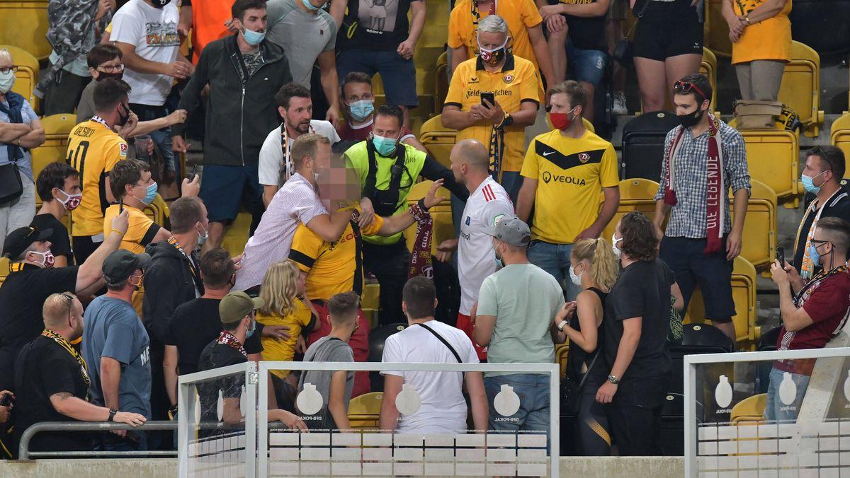 Hamburgs Toni Leistner (weißes Trikot) und ein Fan nach dem Pokalspiel in Dresden