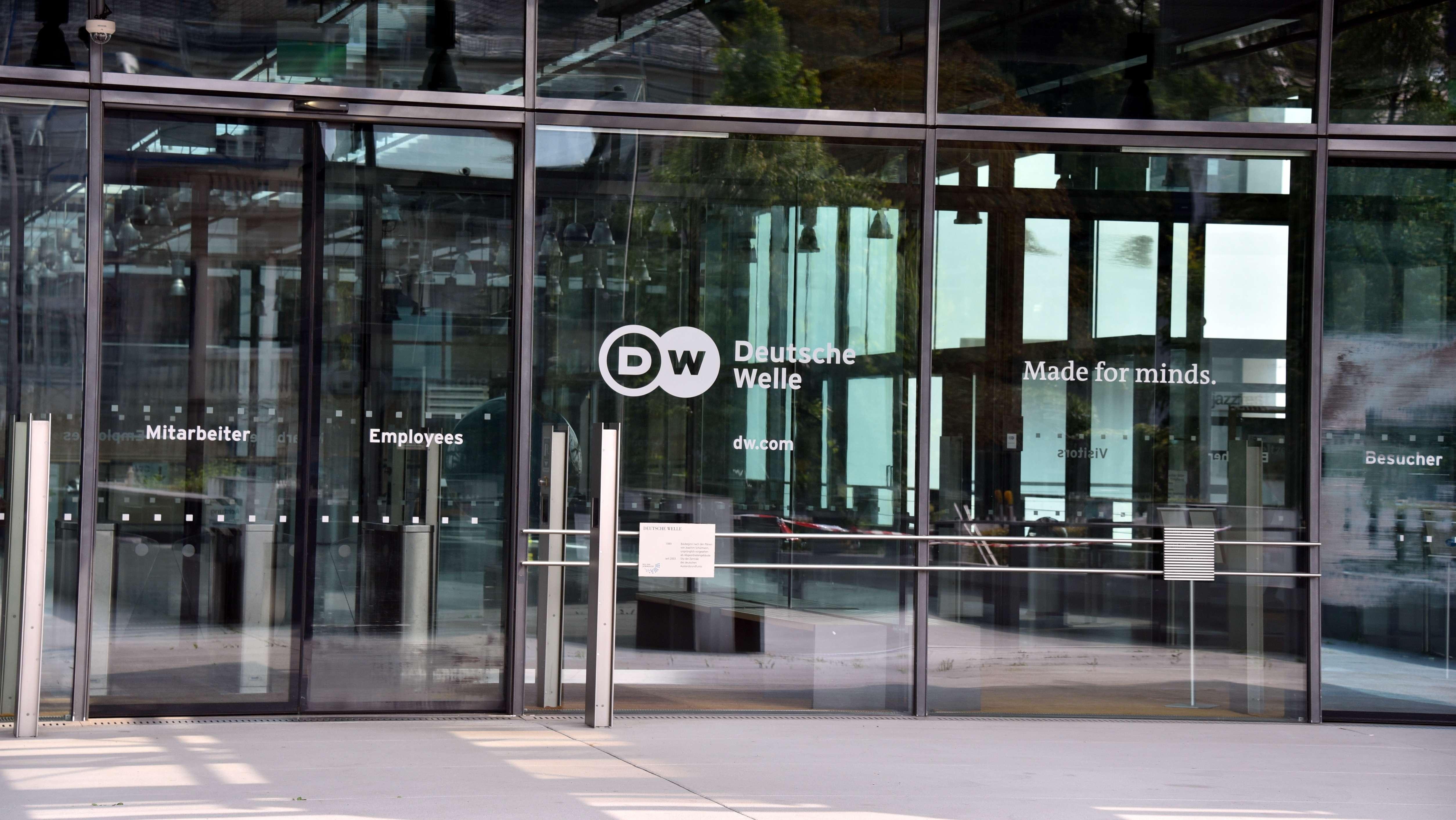 Eingang zum Hauptgebäude der Deutschen Welle in in Bonn.