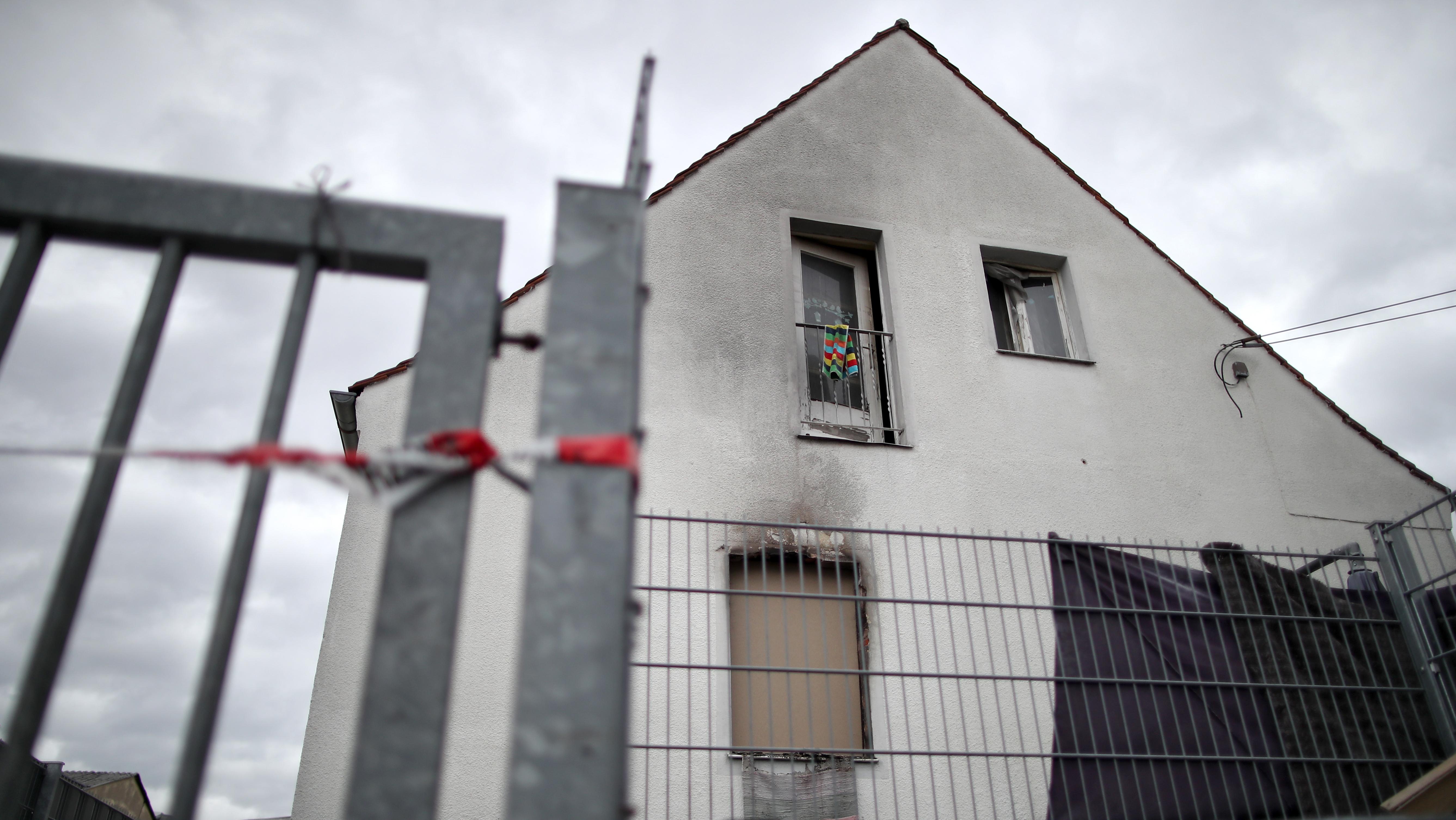 Brandspuren an dem Haus in Nürnberg, in dem eine Mutter und ihre vier Kinder starben