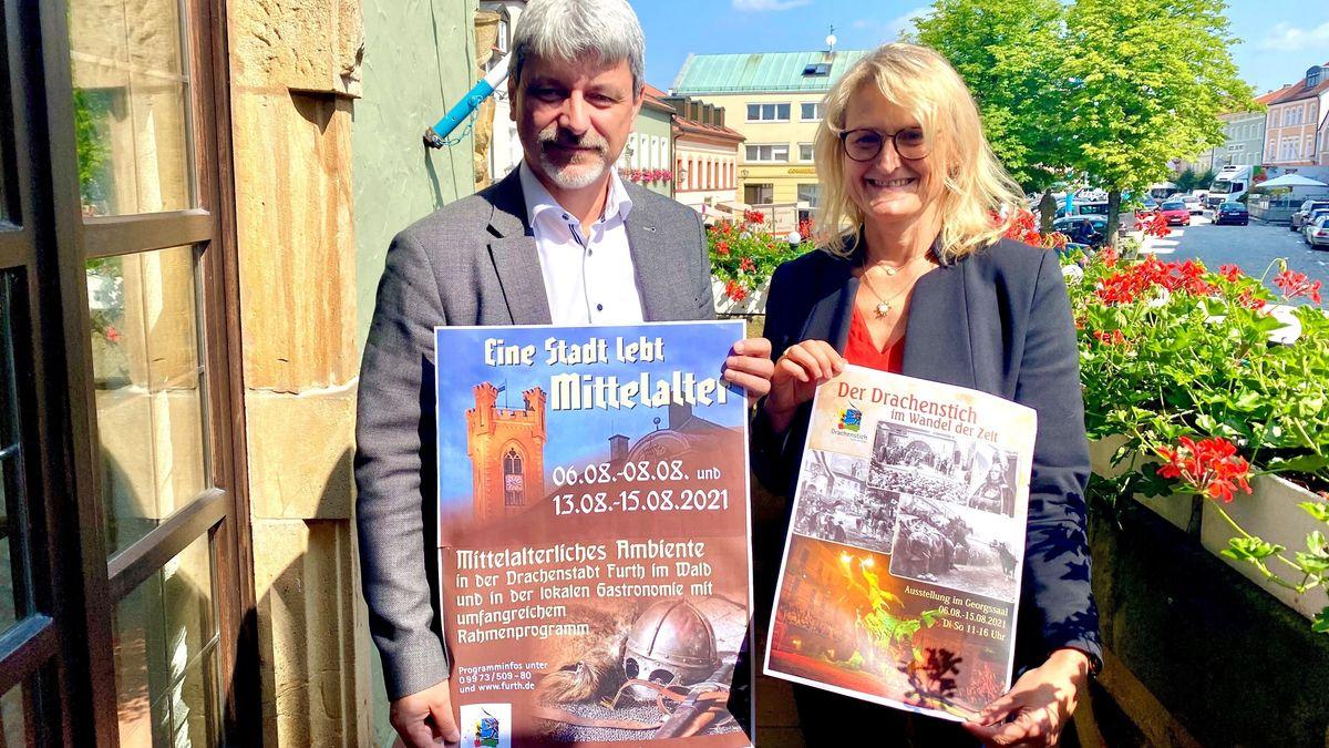 Furths Bürgermeister Sandro Bauer (CSU) sowie die Tourismusbeauftragte der Stadt, Lisa Kager, mit Plakaten.