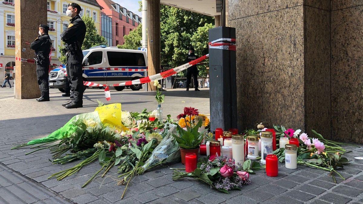 Blumen und Kerzen vor dem Tatort in Würzburg