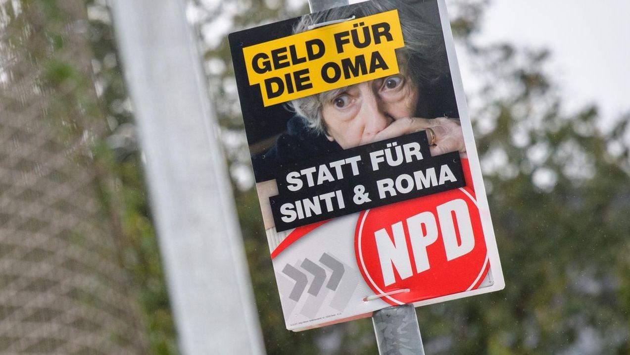 NPD-Wahlplakat mit dem Slogan: Geld für die Oma statt für Sinti und Roma. Nach Auffassung des Gerichts ist die Parole von der Meinungsfreiheit gedeckt. Die Stadt Ingolstadt habe richtig gehandelt, als sie im Wahlkampf vor der Bundestagswahl 2017 das NPD Plakat auf ihrem Stadtgebiet nicht abgehängt hat.