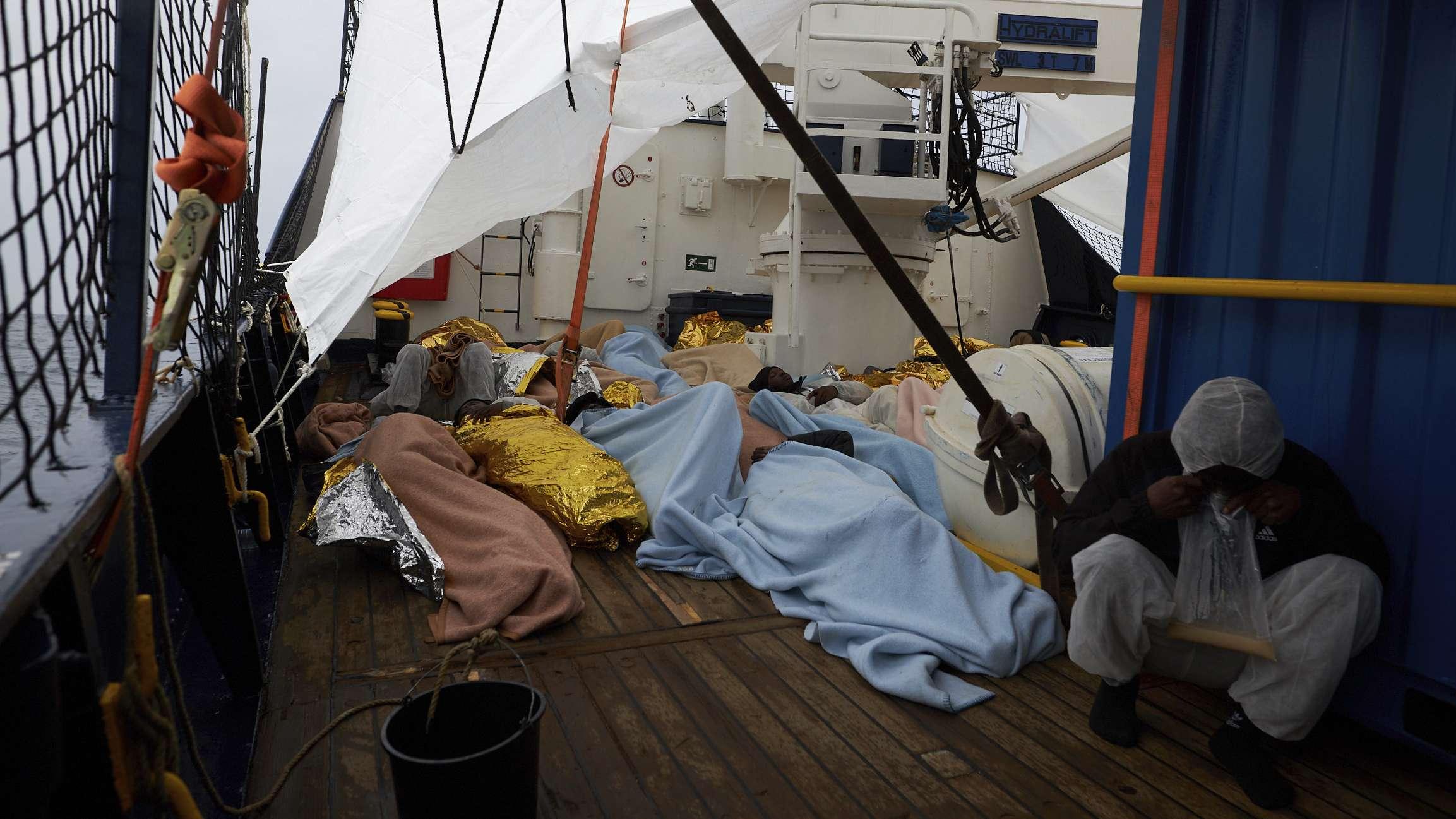 """Flüchtlinge an Bord des Sea-Eye-Rettungsschiffs """"Alan Kurdi"""""""
