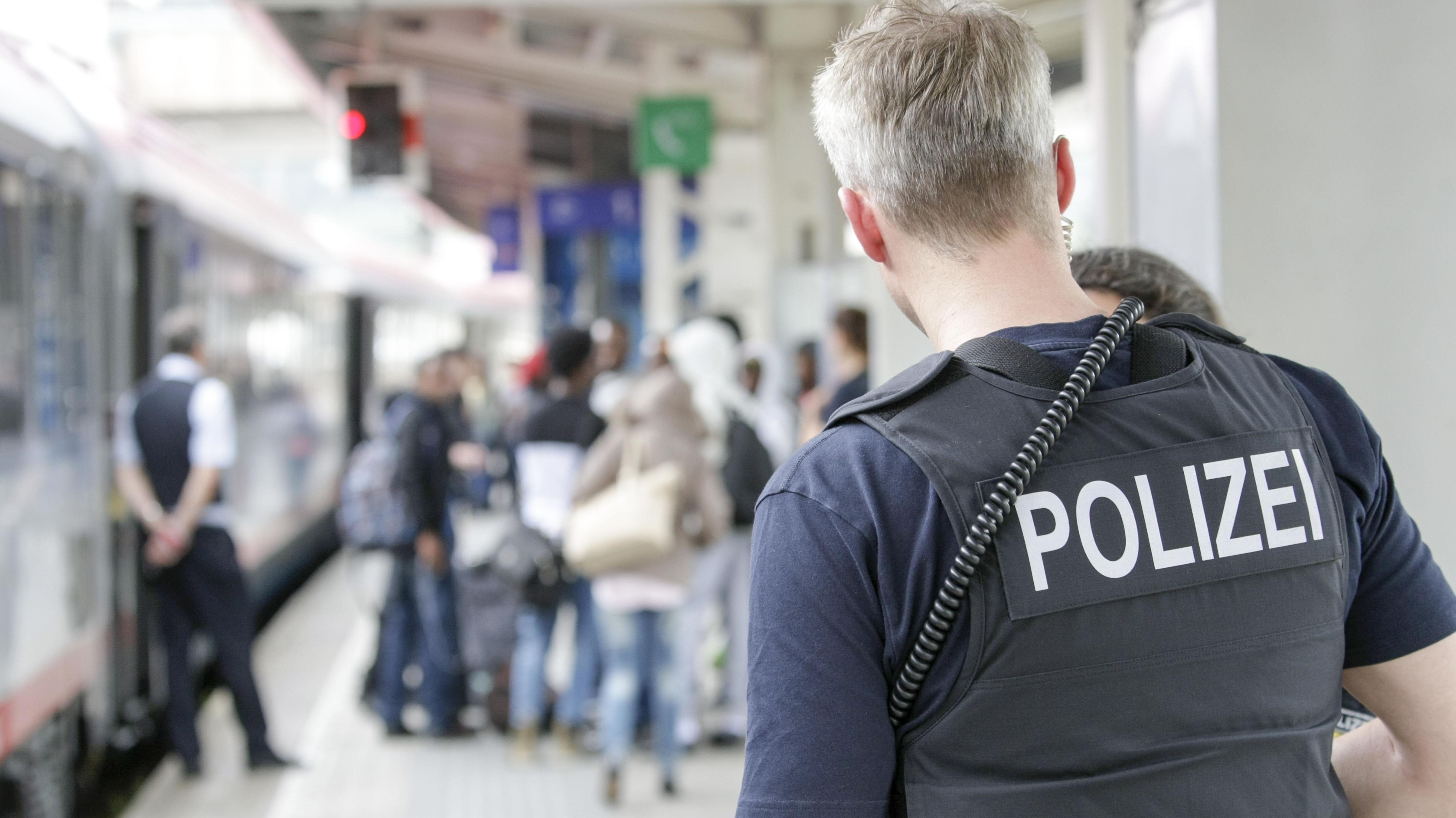 Kontrolle von Flüchtlingen am Bahnhof (Archivbild)