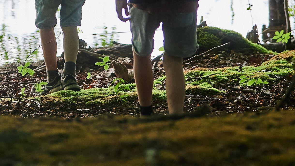 Zwei Kinder im Wald