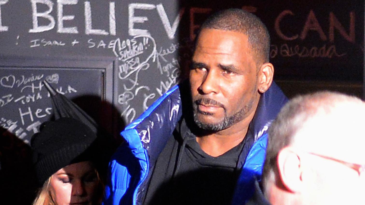 R&B-Sänger R. Kelly verlässt sein Chicagoer Studio. Der Sänger stellte sich noch am Freitagabend den Behörden in Chicago