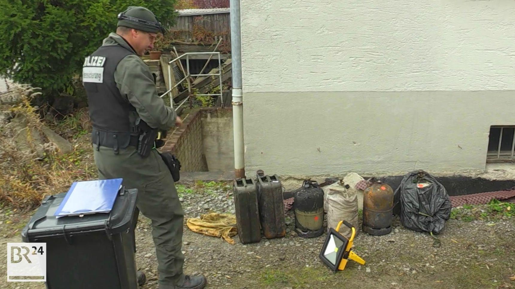 Polizist mit sichergestellten Gegenständen