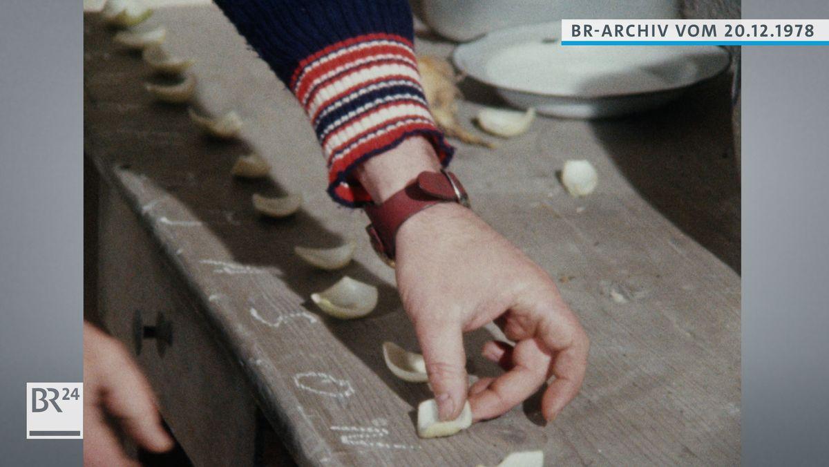 Zwiebel-Stücke werden auf eine Fensterbank gelegt