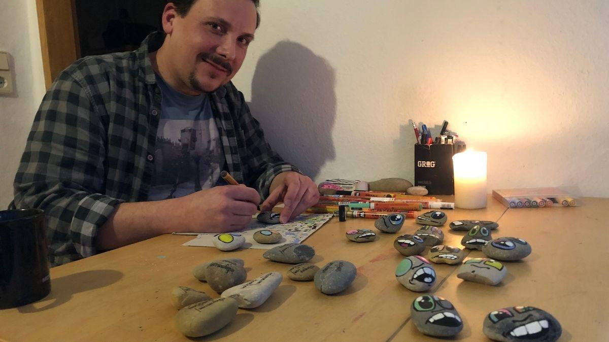 Florian Harzbecher aus Aschaffenburg bemalt Steine