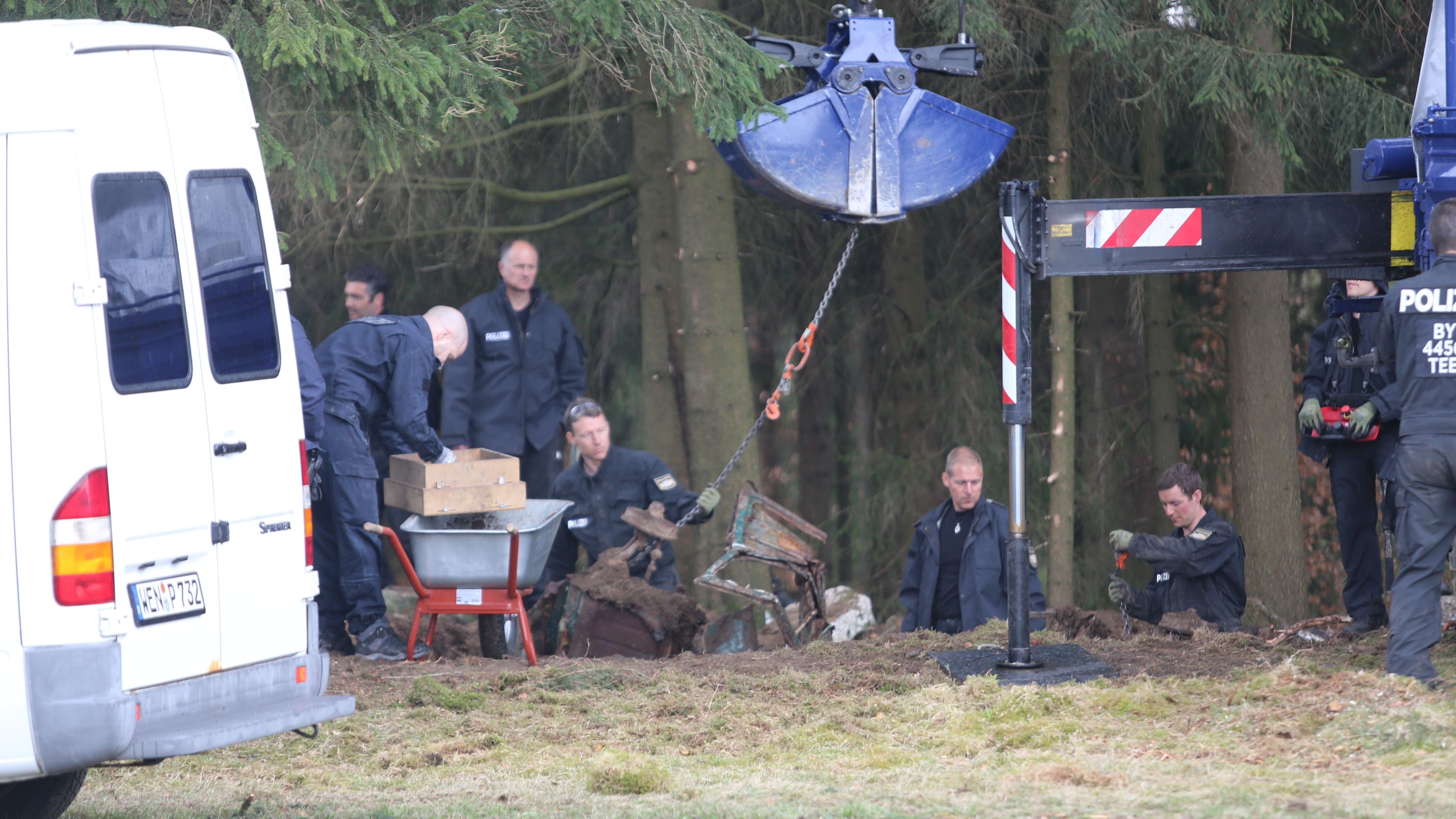 Einsatzkräfte bei den Grabungen Mitte April