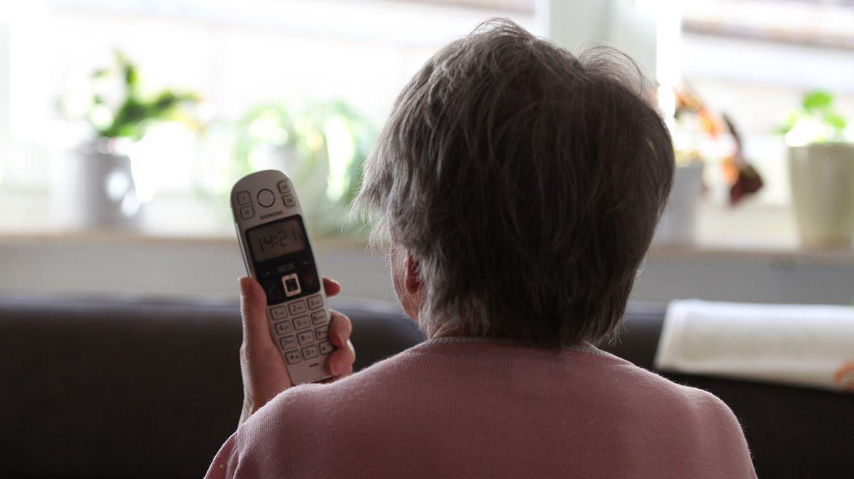 Symbolbild; Frau mit Telefon in der Hand