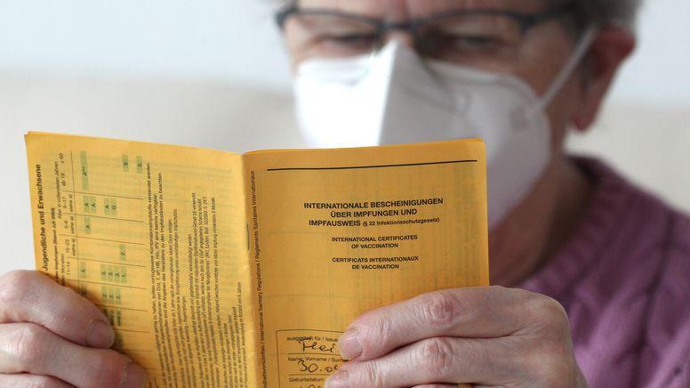 Patientin mit Impfpass.   Bild:picture alliance / Eibner-Pressefoto   Fleig / Eibner-Pressefoto