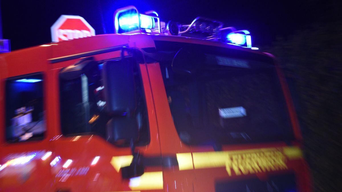 Ein Feuerwehrauto mit Blaulicht bei Nacht