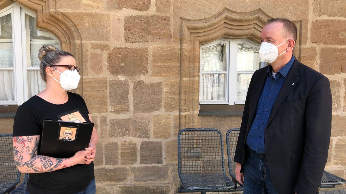 Müllsammlerin Liza im Gespräch mit Ansbachs Oberbürgermeister Thomas Deffner