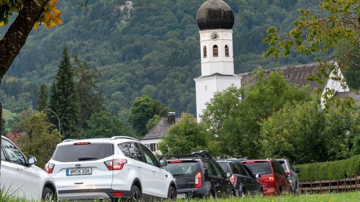 Autos stehen in Kochel am See im Stau: regelmäßig in Zeiten von Corona