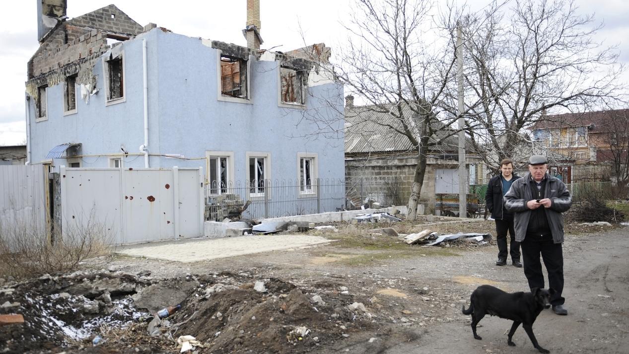 Vom Krieg zerstörtes Haus in der Ostukraine