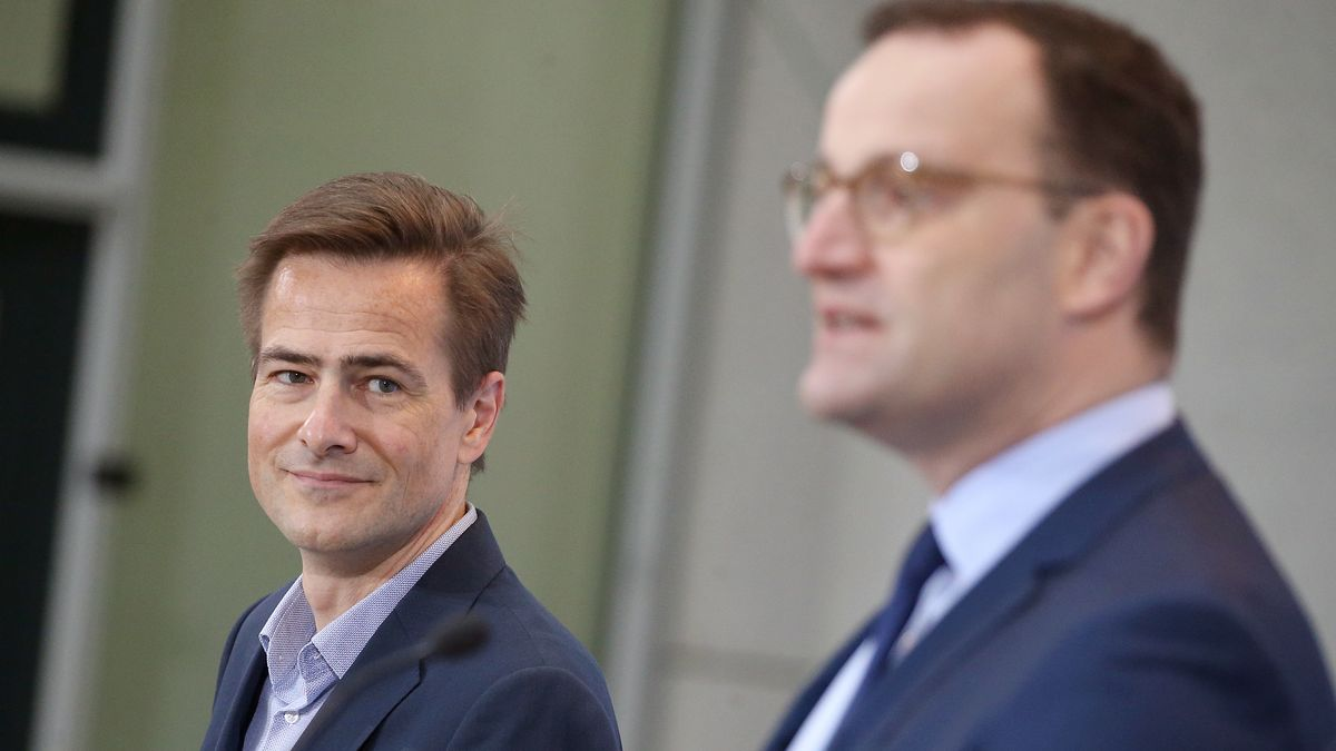 Jens Spahn (CDU), Bundesgesundheitsminister, und Philipp Justus (l), Vice President Google Zentral-Europa, beantworten auf einer Pressekonferenz im Bundesgesundheitsministerium Fragen von Journalisten zu Gesundheitsinformationen im Internet.