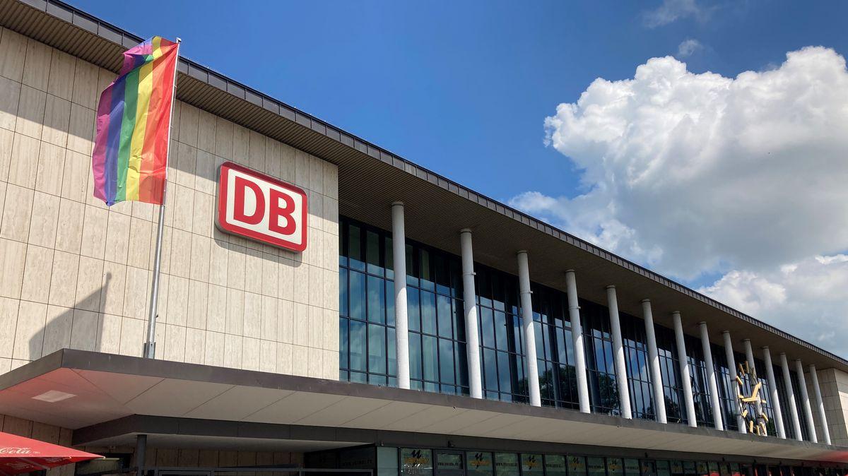 Die Regenbogen-Fahne weht am Würzburger Hauptbahnhof.