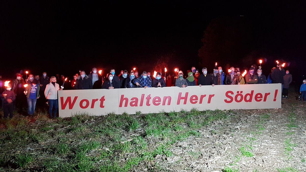 """Lärmgeplagte Anwohner der Isental-Autobahn protestieren mit Mahnfeuer und """"Wort halten Herr Söder!""""-Transparent."""