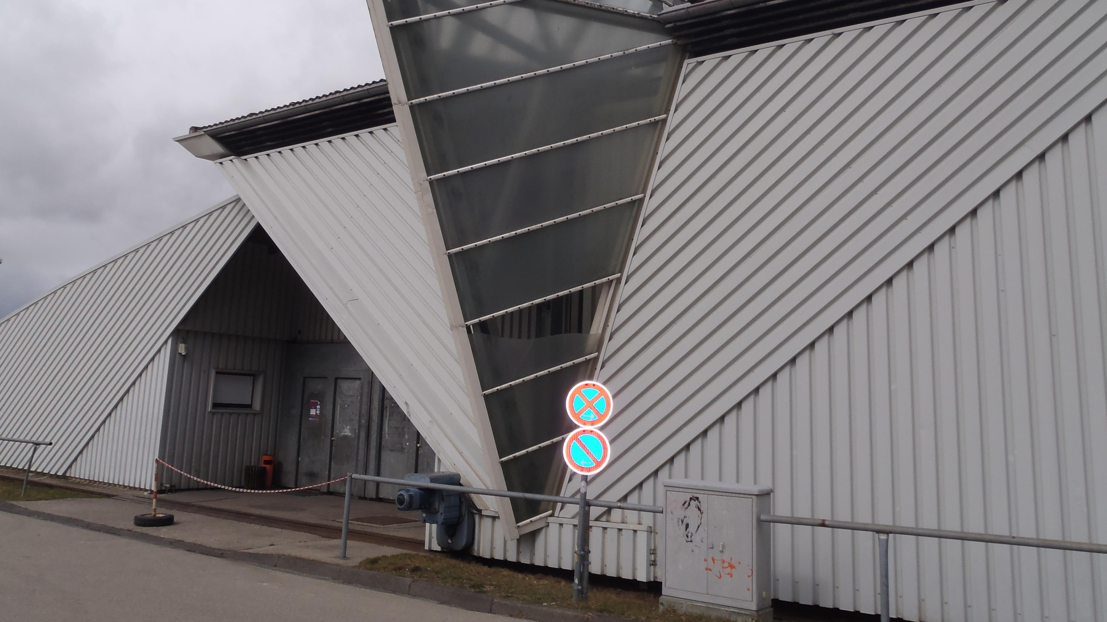 Eine kaputte Scheibe an der Eissporthalle Bad Wörishofen