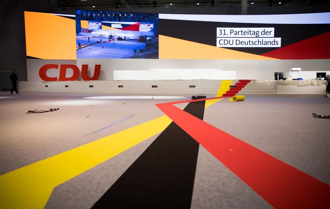 05.12.2018, Hamburg: Schwarze, rote und gelbe Farbbahnen werden in der Messehalle für den 31. CDU-Parteitag ausgelegt