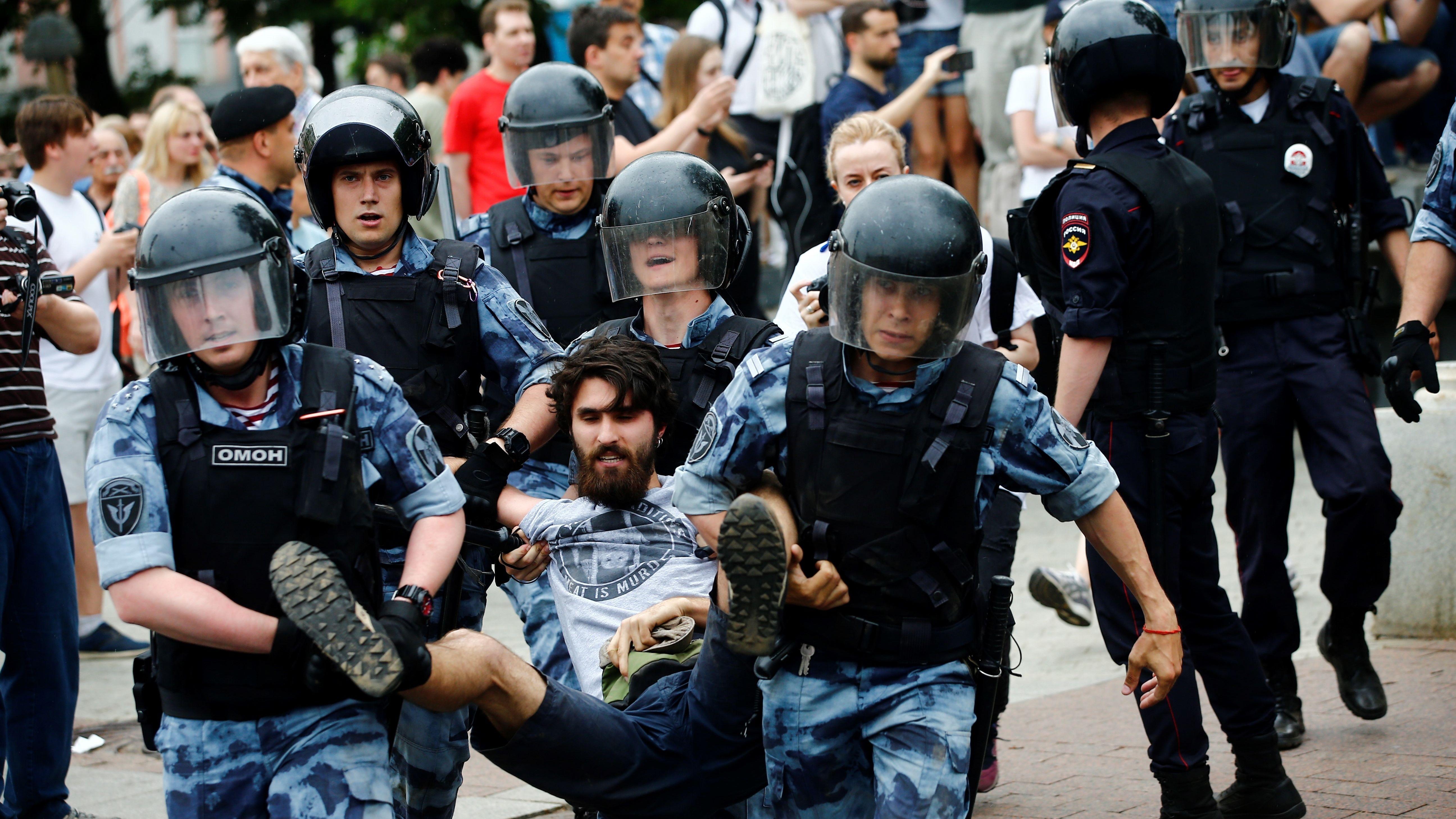 Symbolbild: Russische Polizisten tragen einen Moskauer Demonstranten weg.