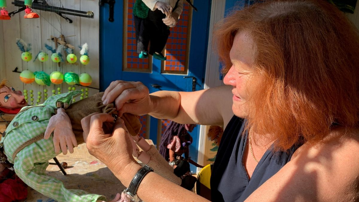 Edeltraud Schubert in ihrer Werkstatt beim Marionetten bauen.