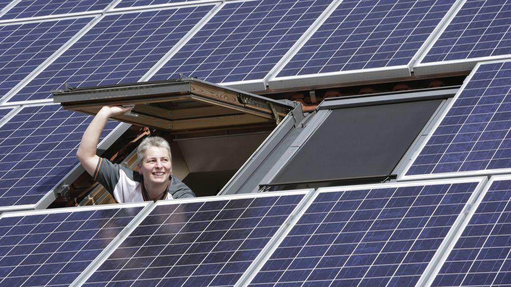 Eine Photovoltaik-Anlage auf einem Hausdach. | Bild:dpa/picture-alliance/Ulrich Baumgarten