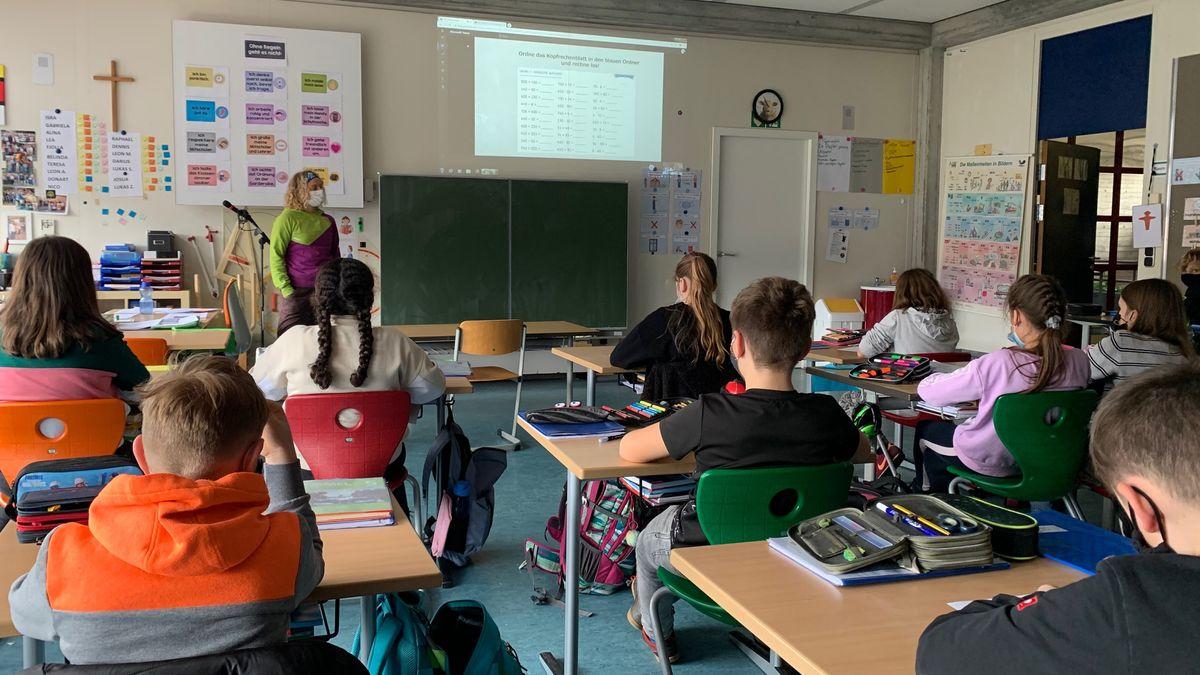 Teamlehrerin Annika Braunsteffer im Klassenzimmer